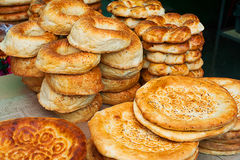 乌兹别克人国民面包 传统东部白色平的面包在老火炉烘烤了 免版税库存图片