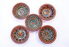 乌兹别克人瓦器-陶瓷做的碗吉日杜万,在布哈拉附近在,他们强调温暖的金黄和棕色颜色 免版税库存图片