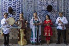 乌兹别克人音乐家唱khoresmian歌曲和戏剧本机音乐 库存照片