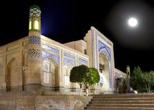 乌兹别克斯坦 Khiva 老城市的街道夜照明的 免版税库存照片