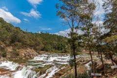 乌塔卡蒙德,印度- 2016年3月14日:Pykara瀑布流经Murkurti、Pykara和幽谷摩根水坝 免版税库存图片