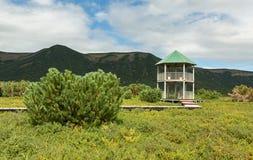 乌宗火山破火山口的观察台 克罗诺基火山在堪察加半岛的自然保护 免版税库存图片