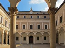 乌尔比诺公爵的宫殿庭院 免版税图库摄影
