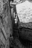 乌尔比诺,意大利- 2017年8月9日:一条小街道在老镇乌尔比诺 晴朗的日 库存图片