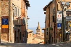 乌尔比诺,意大利- 2017年8月9日:一条小街道在老镇乌尔比诺 晴朗的日 库存照片