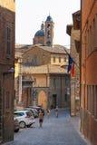乌尔比诺,意大利- 2017年8月9日:一条小街道在老镇乌尔比诺 晴朗的日 免版税库存照片