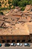 乌尔比诺,意大利- 2017年8月9日:老城市 房子屋顶在红色瓦片下的 在视图之上 库存图片