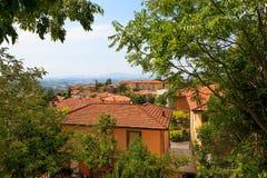乌尔比诺,意大利- 2017年8月9日:老城市 房子屋顶在红色瓦片下的 在视图之上 免版税库存照片