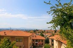 乌尔比诺,意大利- 2017年8月9日:老城市 房子屋顶在红色瓦片下的 在视图之上 免版税图库摄影