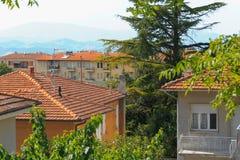 乌尔比诺,意大利- 2017年8月9日:老城市 房子屋顶在红色瓦片下的 在视图之上 免版税库存图片