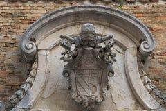 乌尔比诺,意大利- 2017年8月9日:老家庭徽章以一个浅浮雕的形式在大厦的门面 库存照片