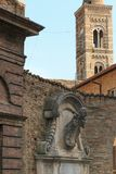 乌尔比诺,意大利- 2017年8月9日:老家庭徽章以一个浅浮雕的形式在大厦的门面 库存图片