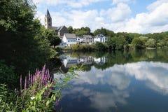 乌尔门和Ulmener在eifel雷希奥的Maar风景和都市风景  库存图片