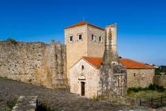 乌尔齐尼镇老堡垒塔和墙壁  库存照片