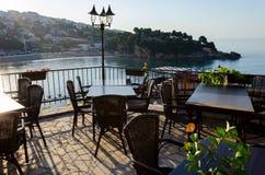 乌尔齐尼,黑山老镇的舒适酒吧餐馆  免版税库存图片