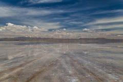 乌尤尼盐沼,最大的盐舱内甲板在世界上 流星锤 免版税图库摄影