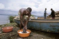乌干达人洗涤在维多利亚湖,乌干达穿衣 免版税库存图片
