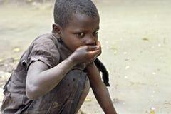乌干达女孩喝脏的饮用水 库存照片