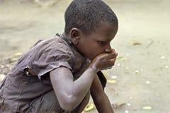 乌干达女孩喝脏的水 免版税库存图片