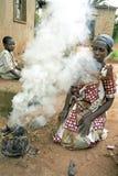 乌干达妇女、火和烟画象  免版税库存图片