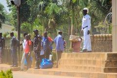 乌干达的首都街道生活  人人群在街道和繁忙运输上的 免版税库存照片