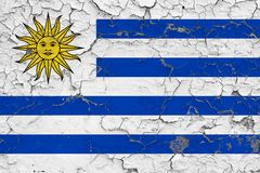 乌拉圭的旗子在破裂的肮脏的墙壁上绘了 葡萄酒样式表面上的全国样式 皇族释放例证