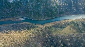 乌拉尔森林、岩石、山和河 鸟瞰图 免版税库存照片