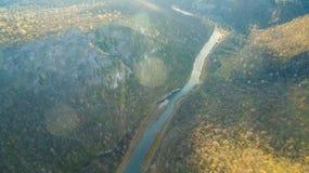 乌拉尔森林、岩石、山和河 鸟瞰图 库存照片