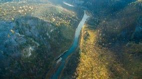乌拉尔森林、岩石、山和河 鸟瞰图 图库摄影