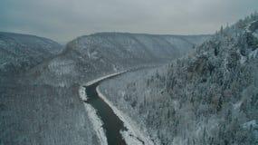 乌拉尔森林、岩石、山和河 鸟瞰图 免版税库存图片