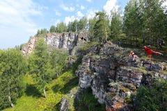 乌拉尔的岩石和杉木 免版税库存照片
