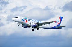 乌拉尔航空公司空中客车A319航空器在从普尔科沃国际机场的离开以后飞行在圣彼德堡,俄罗斯 库存照片