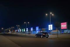 乌斯季nad Labem,捷克共和国- 2018年3月24日:在空的停车场的黑汽车欧宝雅特在商店前面在购物公园 免版税库存照片
