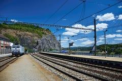 乌斯季nad Labem,捷克共和国- 2018年6月30日:训练与导致从主要火车站的电力机车的轨道Marianska 免版税库存照片