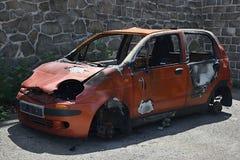 乌斯季nad Labem,捷克共和国- 2018年6月30日:被放弃的红色汽车在火立场以后的大宇Matiz在德累斯顿街道在捷克城市  免版税库存图片
