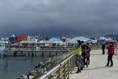 乌斯怀亚海口的-地球最南端的城市游人 库存图片