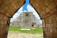 乌斯马尔玛雅废墟在尤加坦,墨西哥,魔术师的金字塔在乌斯马尔,尤加坦,墨西哥 免版税库存照片
