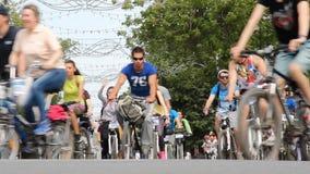 乌法,俄罗斯- 2016年5月22日:天1000骑自行车者所有年龄的许多另外人在自行车、乘驾和波浪手的 影视素材