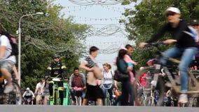 乌法,俄罗斯- 2016年5月22日:天1000骑自行车者所有年龄的许多另外人在自行车的 一些在化装舞会服装 股票录像