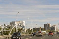 乌法,西伯利亚 俄国 2017年8月1日 城市的街道有高住宅地段的汽车在夏天 旅行 免版税库存照片