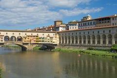 乌菲齐Gallerand桥梁Vecchio在佛罗伦萨(意大利) 免版税图库摄影