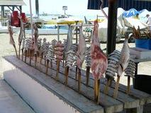 乌贼、沙丁鱼和鱼待售在海边餐馆 库存照片