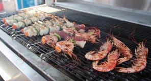 乌贼大虾和章鱼串 库存图片