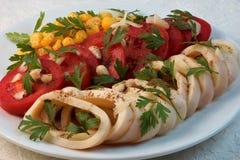 乌贼用蕃茄、玉米、大蒜和草本 库存图片