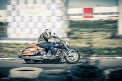 乌里扬诺夫斯克,俄罗斯- 2017年8月19日 一辆古典摩托车的一位摩托车竟赛者在体育轨道训练 背景迷离弄脏了抓住飞碟跳的行动 库存照片