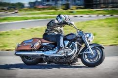 乌里扬诺夫斯克,俄罗斯- 2017年8月19日 一辆古典摩托车的一位摩托车竟赛者在体育轨道训练 背景迷离弄脏了抓住飞碟跳的行动 免版税库存照片