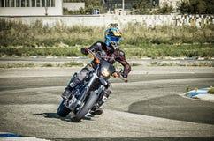乌里扬诺夫斯克,俄罗斯- 2017年8月19日 一辆摩托车的一位摩托车竟赛者在体育轨道 背景迷离弄脏了抓住飞碟跳的行动 免版税库存照片