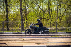 乌里扬诺夫斯克,俄罗斯- 2016年4月30日摩托车季节开头 每年摩托车扇动会议和游行 俄国车手 库存图片