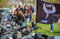 乌里扬诺夫斯克,俄罗斯- 2016年4月30日摩托车季节开头 每年摩托车扇动会议和游行 库存照片
