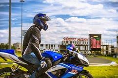 乌里扬诺夫斯克,俄罗斯- 2017年6月10日 一辆蓝色摩托车的一位摩托车竟赛者完成训练在体育轨道 库存照片